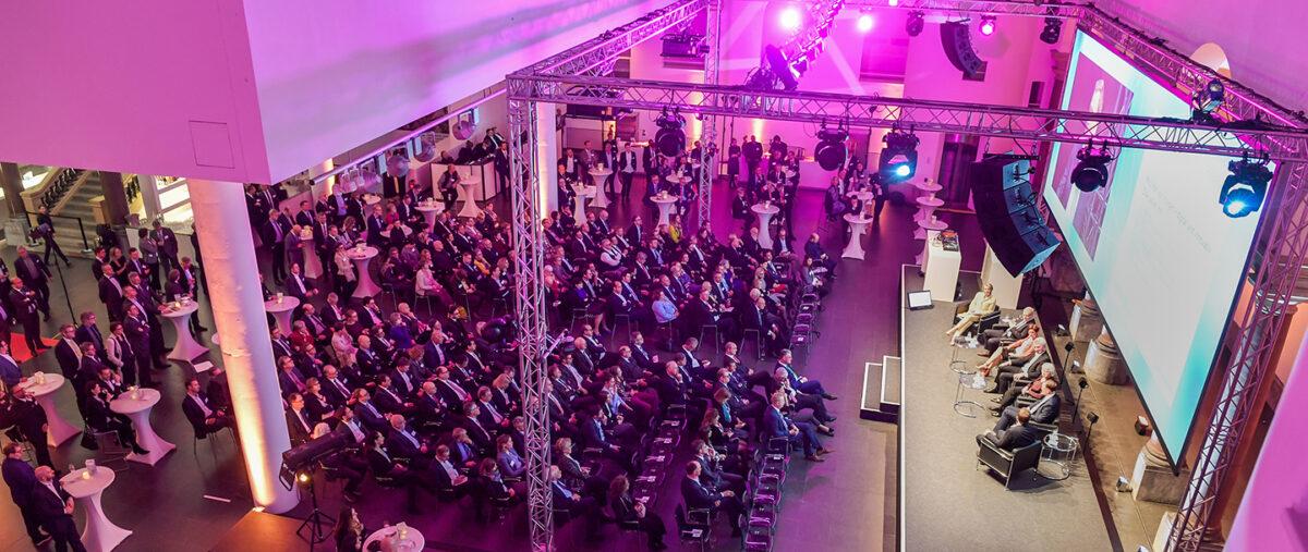 Präsenzveranstaltung mit Bühne und Zuschauern